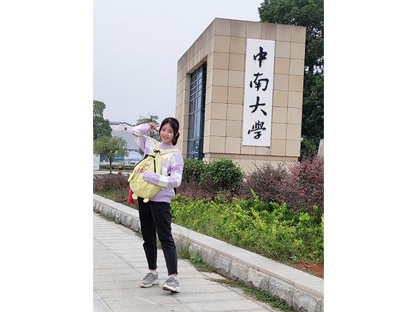 龙嫣茹 状元二班  中南大学